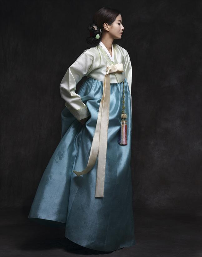 Traditional Korean dress, hanbok. I love love with these colors!