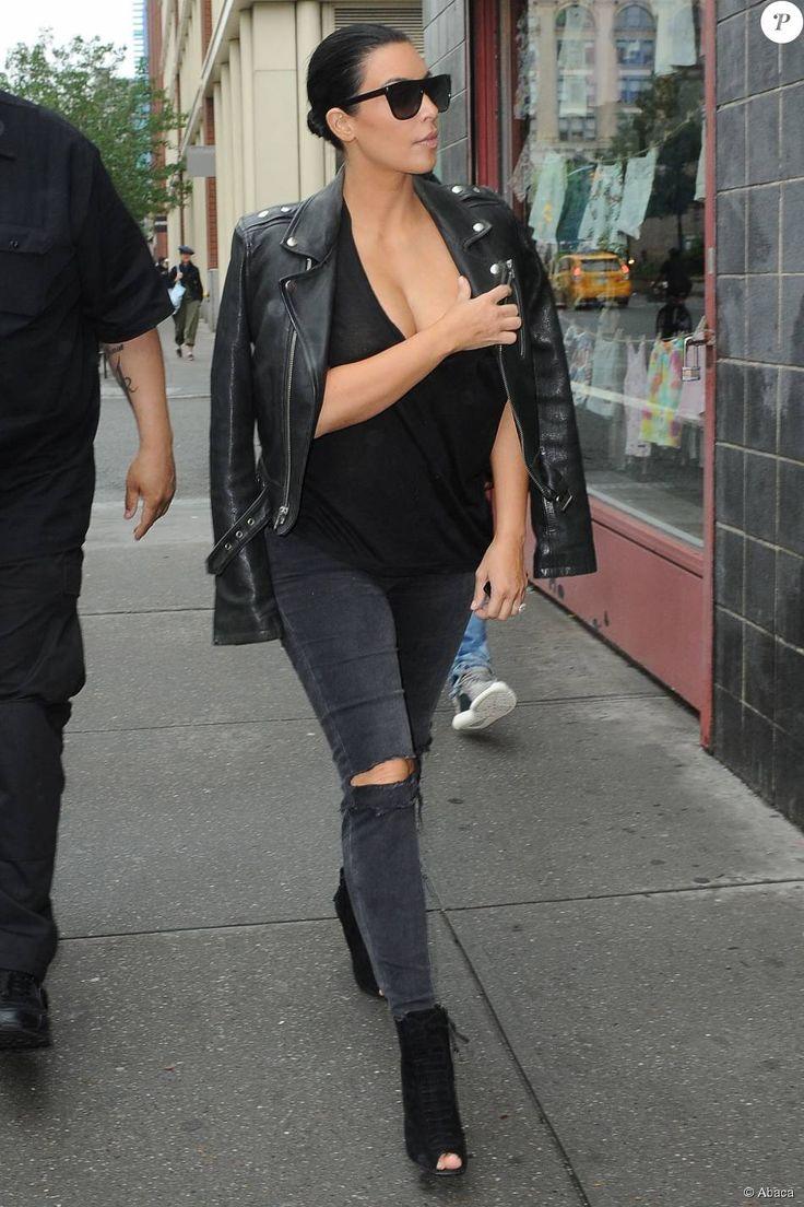 Kim Kardashian, adepte des looks monochromes, ici en total look noir, avec une veste BLK Denim, un jean de la marque J Brand et des chaussures Tom Ford, le 1 er  juin 2015 à New York