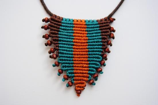 collar triangular de macramé con cuentas de madera  hilo encerado y c.algodón,cuentas de madera,cierre metálico macramé