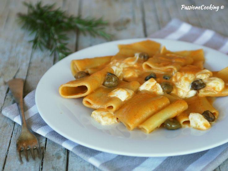 Paccheri con crema di peperoni, olive taggiasche e mozzarella di bufala  http://blog.giallozafferano.it/passionecooking/paccheri-crema-peperoni-bufala/