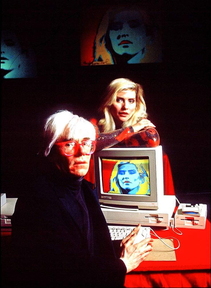 Andy colours Debbie Harry on an Amiga computer at the product's launch press conference in 1985. Veja também: http://semioticas1.blogspot.com.br/2014/07/o-primeiro-warhol-on-line.html
