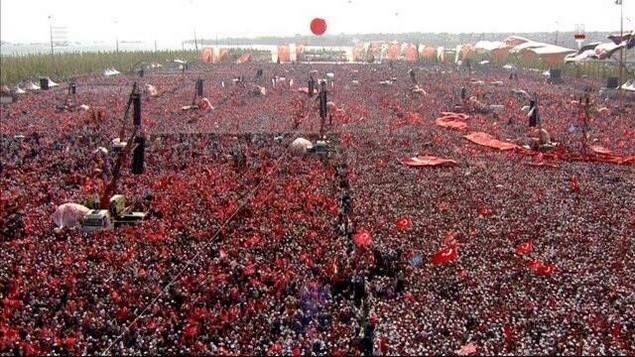 "Aksi Terbesar Dunia Jutaan Rakyat Turki Kenang Syuhada-Dukung Erdogan Gentarkan Musuh-musuh Turki  [portalpiyungan.com] ISTANBUL - Diperkirakan lima juta orang menghadiri rapat akbar ""Democracy and Martyrs' Rally"" Minggu (7/8) untuk mengenang para syuhada saat kudeta 15 Juli sekaligus menegaskan penolakan terhadap segala macam upaya kudeta. Aksi rakyat yang berlangsung di Bundaran Yenikapi Istanbul ini diyakini menjadi yang terbesar dari jenisnya untuk rapat umum politik mana pun di dunia…"
