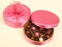 Şeker pembe saten kutu içerisinde spesiyal çikolatalar ve drajeler ile hazırlanmış hediyelik kutu .Organze kurdeleler ile bağlanmış şık hediyelik çikolata kutusu.
