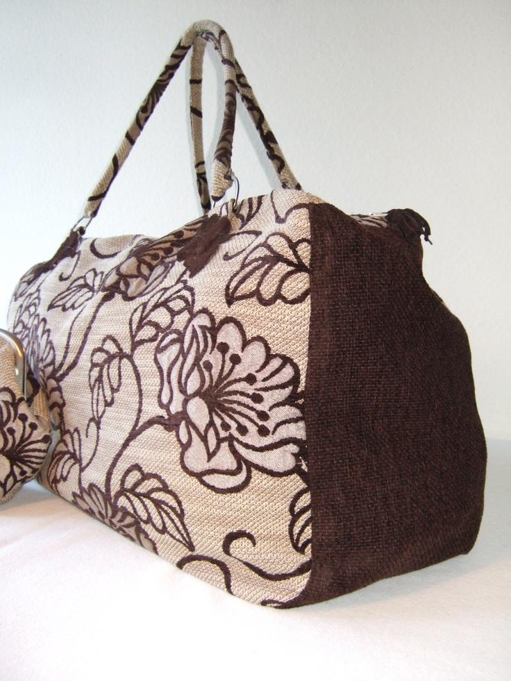 Grande Fiori Marrone    Kleine Reisetasche, ideal für einen Ausflug am Wochenende.   Die Tasche ist aus einem festen, blumengemusterten Stoff mit dunkelbraunem Boden. Dazu passend gibt es einen Beutel (Commodamente) und eine kleine Bügeltasche, die als Clutch oder Kosmetiktasche benutzt werden kann.    Beschreibung  Materialien: Baumwoll-, Kunstfasergemisch ( 71% BW, 25 % PA, 4 % PES), Innenfutter Baumwolle