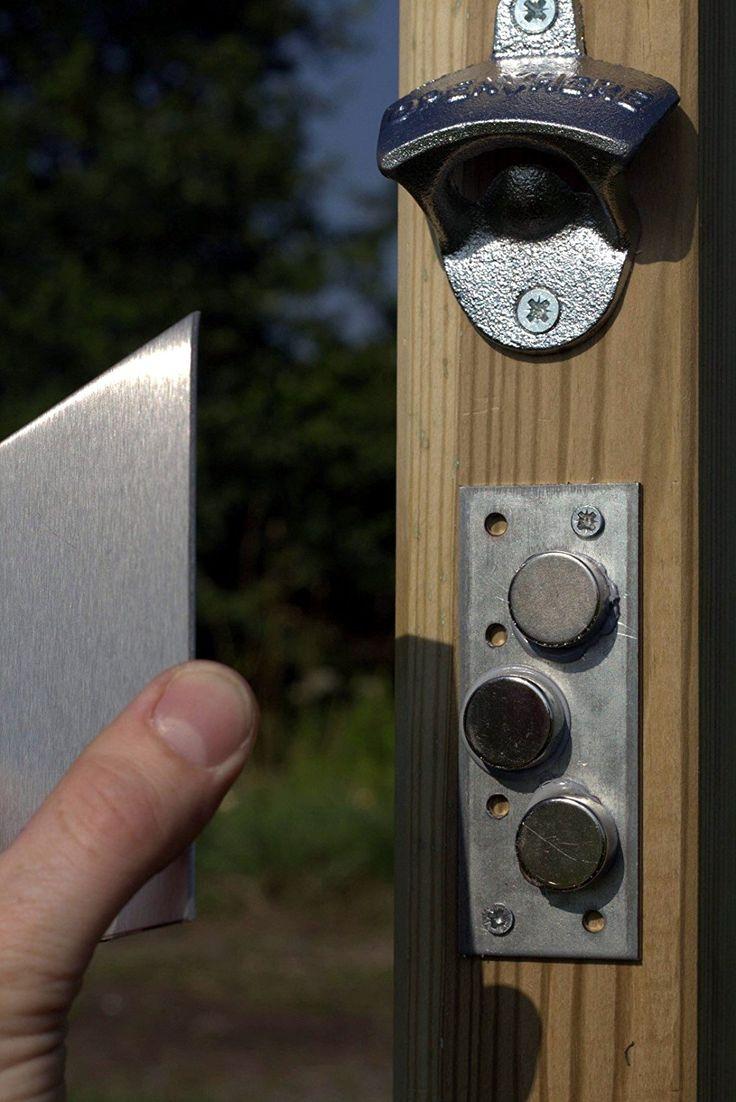 Der Bier-Pfosten! Flaschen-Öffner mit starkem Fang-Neodym-Magnet und Edelstahl-Platte / Wandöffner + Magnetfang an Holzpfosten für Garten / Laube. Mit Erdspieß!