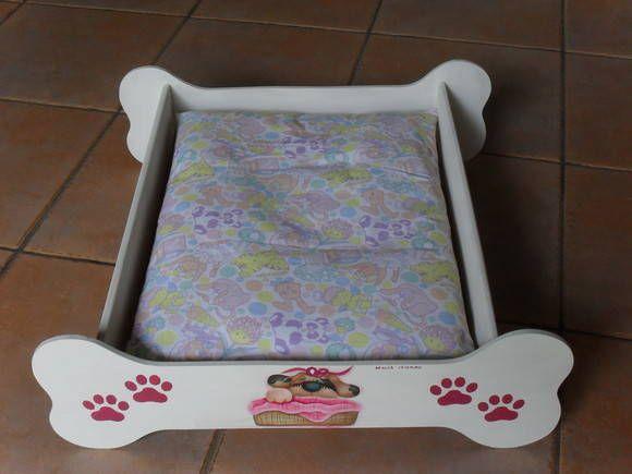 Cama para cachorro em MDF . O colchão em tecido e manta acrílica não está incluso. Preço R$ 30,00. A decoração da madeira e do colchão pode ser mudada.   SOMENTE DUAS PEÇAS EM PROMOÇÃO Veja outras opções de caixas para guardar as comidinhas de seu bichinho de estimação: http://www.elo7.com.br/caixa-pet/dp/10E429 - caixa com tampa http://www.elo7.com.br/bau-pet/dp/10E41F - bauzinho R$ 89,00