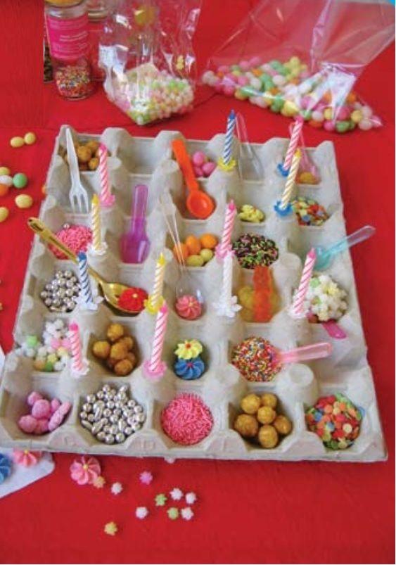 un grand plateau à œufs + des décorations, des bonbons, des céréales, des bougies d'anniversaire = une présentation originale des friandises / #Birthdayparty sweets decoration #anniversaire