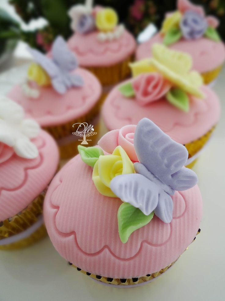 Cupcakes Red Velvet com recheio Trufado de Chocolate Branco Tema Jardim das Borboletas