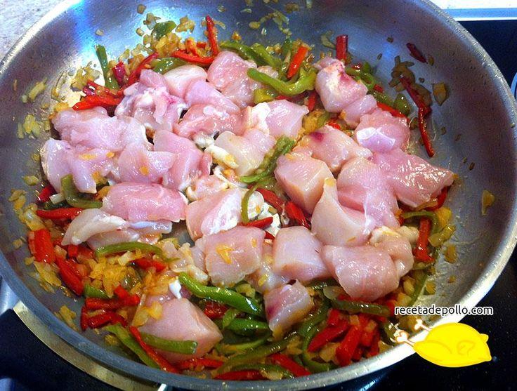 8 y 9. Seguidamente añadimos el pollo, cortado en trozos, pimienta al gusto (si es para los niños no echéis mucha) y una pizca de sal. Dejamos hacer el pollo durante unos 8-9 minutos, para que se dore un poco y coja color. En este punto, podremos observar como en el fondo de la cazuela vamos acumulando restos de las verduras y el pollo, esto es fundamental para dar un muy buen sabor a nuestro arroz con pollo.