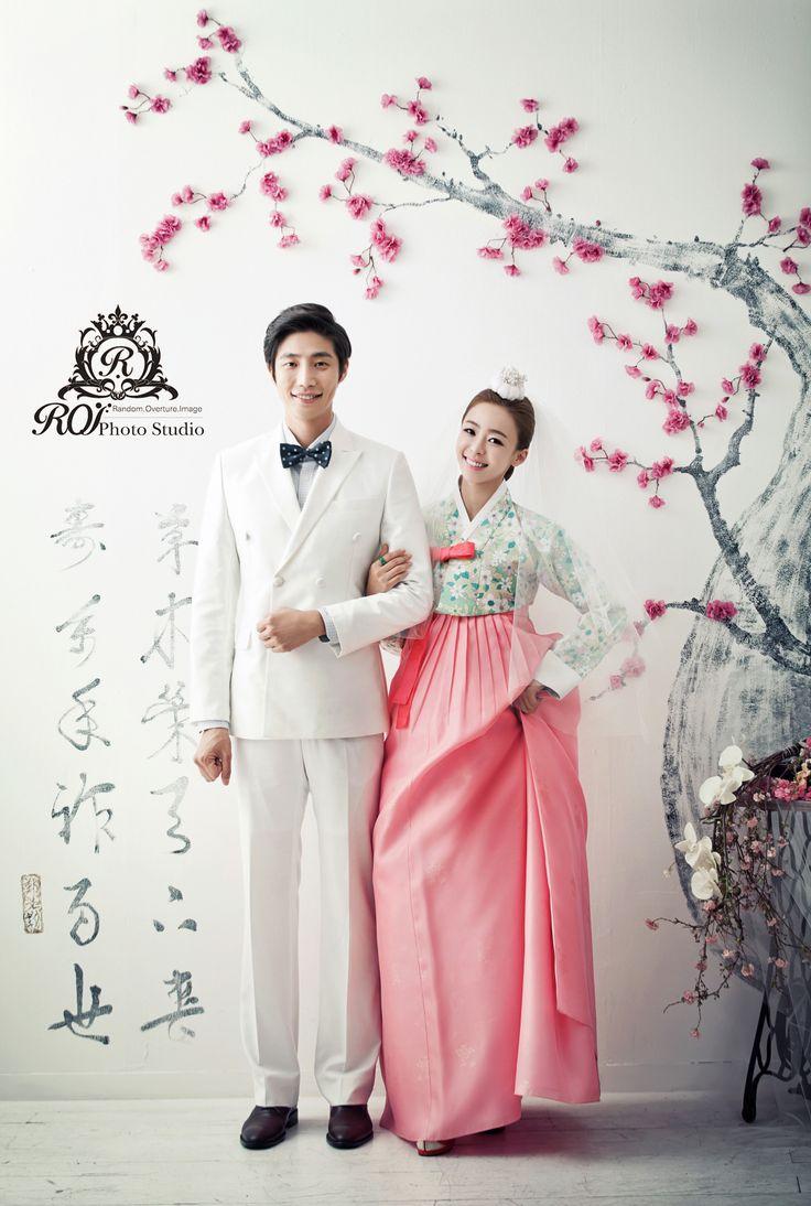 This picture is taken at the studio set of Roi studio. The flowers and traditional Korea costume are very beatiful. Please visit www.roistudio.co.kr to know more. #roistudio #prewedding #Koreawedding #Koreanclothing