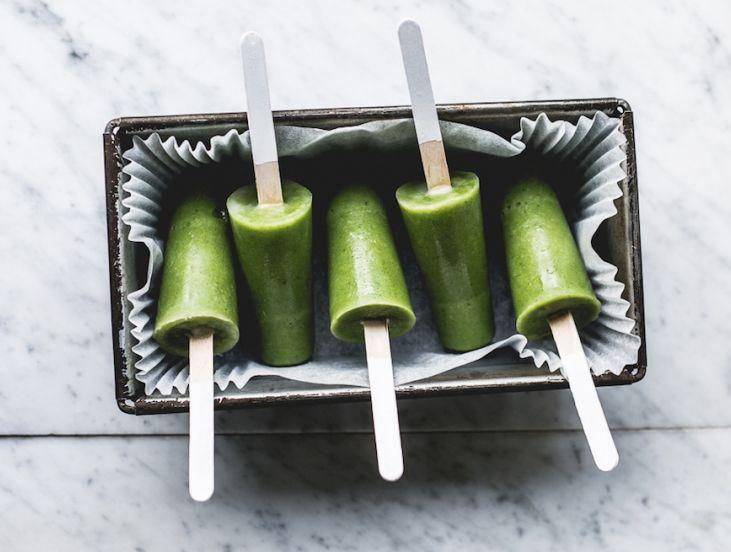Groene smoothie ijsjes. Deze heerlijke verkoelende smoothie is gemakkelijk om te maken en een ideale ijsje.