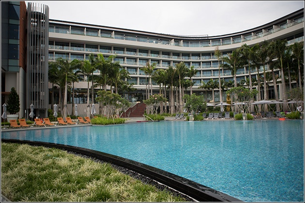 The biggest pool in singapore and so many places to relax for Tallest hotel in singapore
