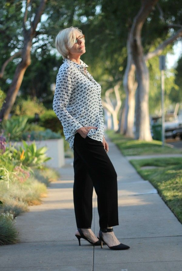 Casual Business Look für den Sommer: lässige schwarze Leinen-Hose mit lockerer Bluse und Ankle-Straps.