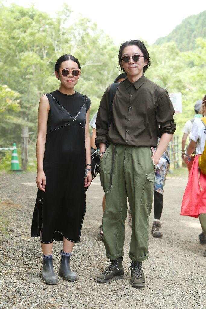 【スナップ】2日目を迎えた「フジロック'16」 快晴の会場ではサングラスとサファリハットが大人気 | WWD JAPAN.COM