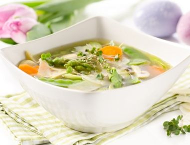 Klare Suppe mit Frühlingsgemüse und Parmesan