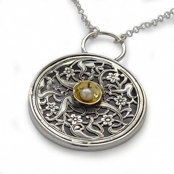 N0875G Sterling Zilver grote ronde hanger in bloemmotief, met een geel goud en pearl center. Indrukwekkende mandala ontwerp ketting met prachtige details en veel karakter. Klassieke sieraden, grote dagelijkse accessoire. Laatste foto is een andere aanbieding in onze winkel. Gezien het feit dat de edelstenen natuurlijke zijn en onze sieraden handgemaakt speciaal voor jou is, bedenk dan dat kleurvariaties en lichte afwijkingen normaal zijn. Items zijn daarom niet identiek aan de fotos maar ...