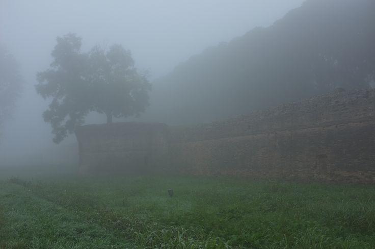Mura di Ferrara con nebbia