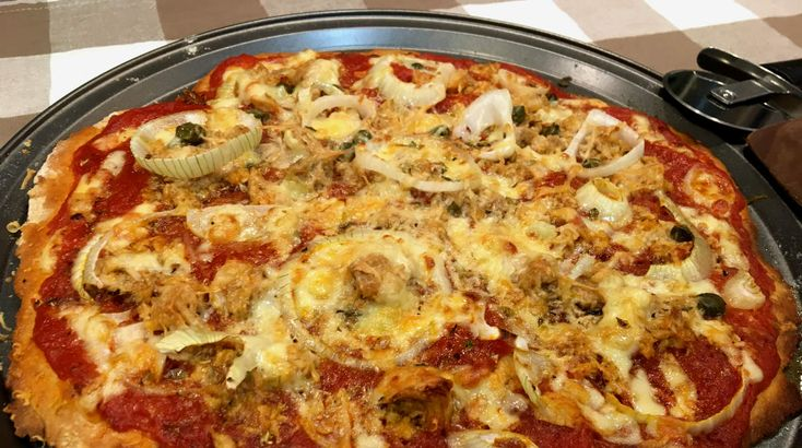 Aprende a elaborar una rica y clásica pizza Italia. Siendo una de las más sabrosas, resulta muy fácil y rápido de preparar esta pizza tonno e cipolla casera, pizza de atún y cebolla.