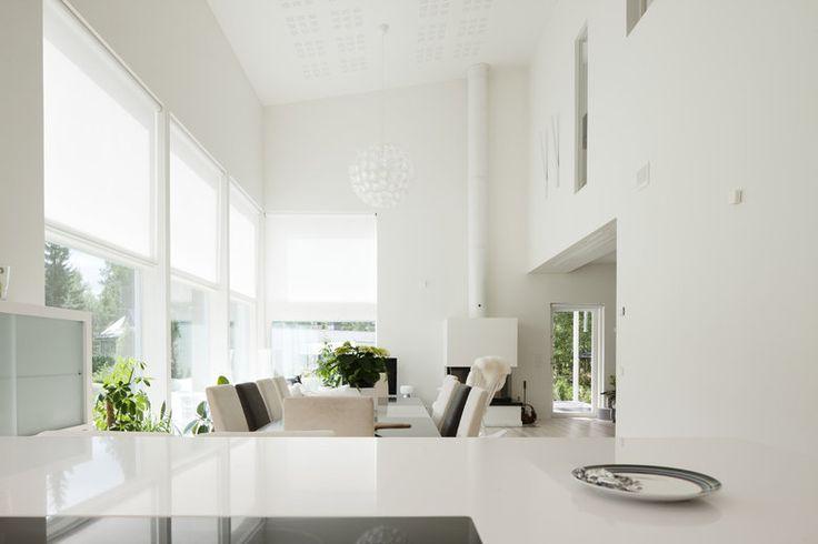 Tilaa ja valoa avoimeen olohuoneeseen isoista ikkunoista, lisää ideoita www.lammi-kivitalot.fi