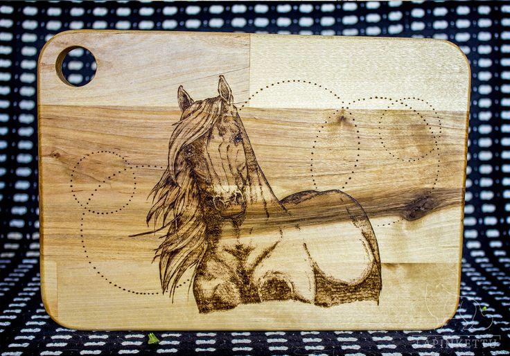 Tämä Hevonen-puualusta on saatavana verkkokaupasta. Ei tilaustyö.