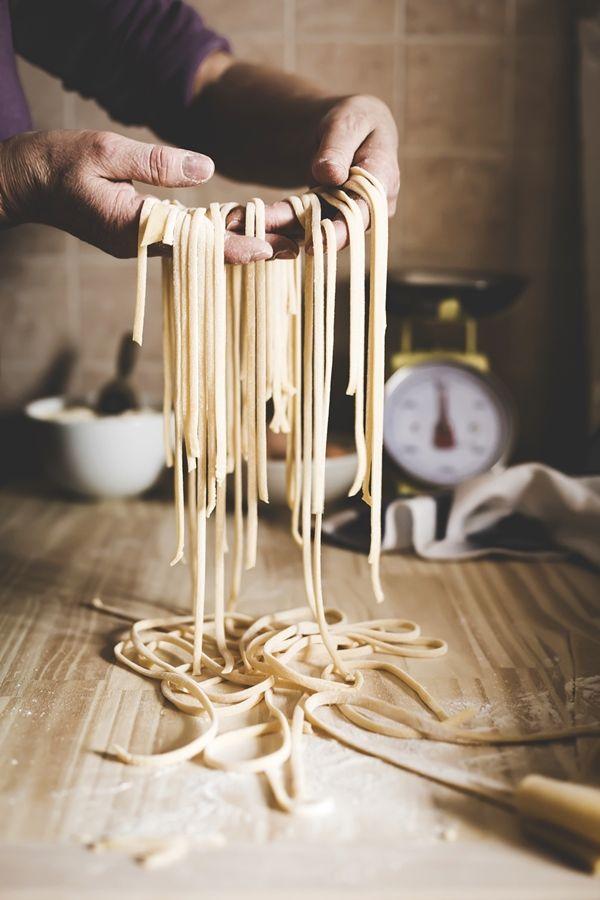 Nonostante non sappia suonare alcuno strumento musicale uso spesso la 'chitarra' per realizzare una tipica pasta fatta in casa. Scopri quale. La ?ricetta? degli spaghetti alla chitarra.