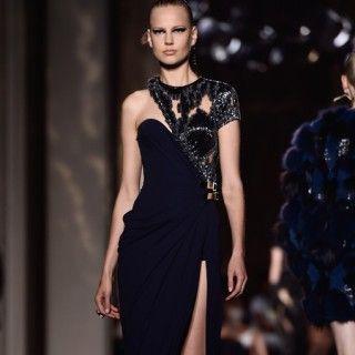 Corsagenkleid mit drapiertem Rock und Paillettenverzierung von Atelier Versace Herbst/Winter 2014.  Wie gemacht für: Gwyneth Paltrow