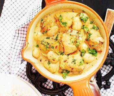 Kycklinggryta med bönor och citron. Grytan gör du av bland annat purjolök, grädde, sambal oelek, honung och bönor. Servera med ris. (+ broccoli)