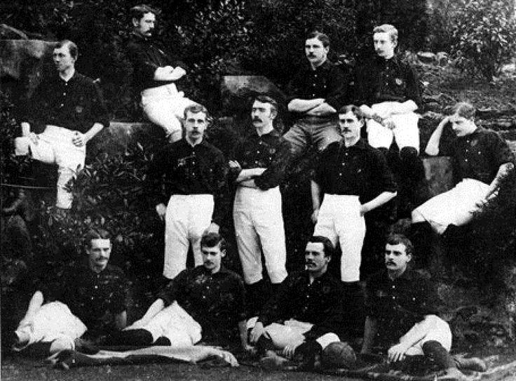 Nottinham Forest Football Club 1884 : Sentados arriba ,T Danks, CJ Cabom, SW Widdowson, T Lindley; de pie en la linea del medio: H Billyeald, T Hancok, F FOX, A Ward; sentados en la parte frontal, S Norman, JE Leighton, FW Beardsley, G Unwin.