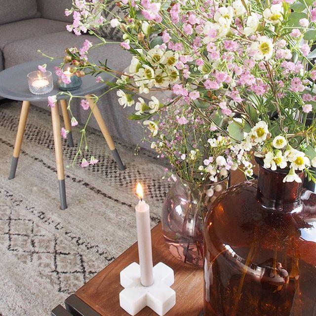 Even wat extra vrolijkheid in huis gehaald met een combinatie van fleurige wax-bloemetjes, gipskruid en eucalyptus. Je hebt met deze combinatie al snel een flinke vaas vol. Geniet van jullie zondag avond! 🌿🕯🌸 • • • #interieurstyling #bloemen #groenstyling #gipskruid #waxflower #eucalyptus #flowers #wonen #woonblog #sbzinterieurdesign #stijlvolstyling #zuiver #vtwonenbijmijthuis #kaarsjes #gezelligheid #zondagavond #interieur