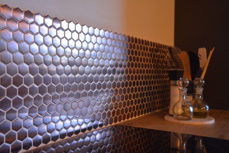 crédence de cuisine en laiton en forme hexagone ! cela apporte de beaux reflets de lumière !