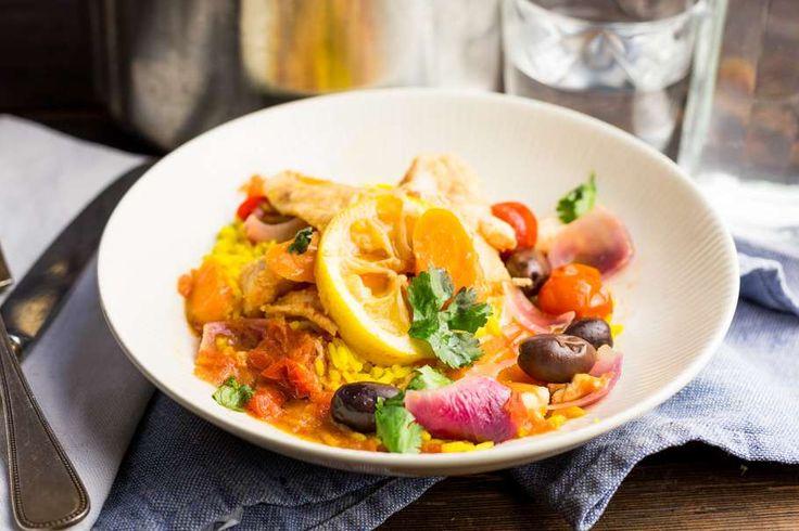 Recept voor marokkaanse visstoof voor 4 personen. Met zout, water, olijfolie, peper, pangasiusfilet, zwarte olijven, wortel, tomatenblokjes in blik, ui, citroen, knoflook en komijnpoeder