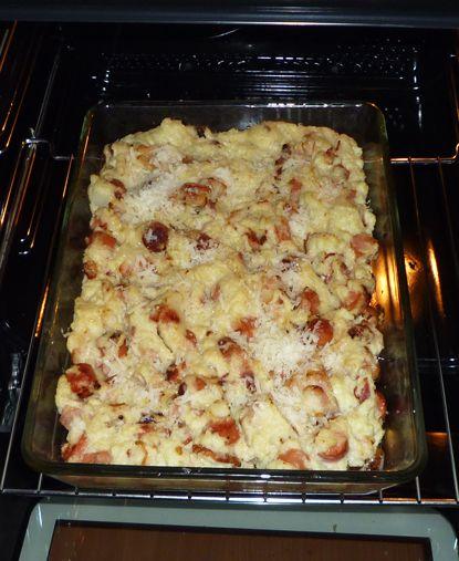 I dag har jeg matlagedag. Er flere ting på gang, første av det var en pølse og bacon grateng. Enkelt og godt. Ingredienser Bacon Pølser (Brukte Wienerpølser) Blomkål Fløte Smør Parmesan Hvitløk (Fersk eller pulver) Kutter opp blomkål ganske fint…