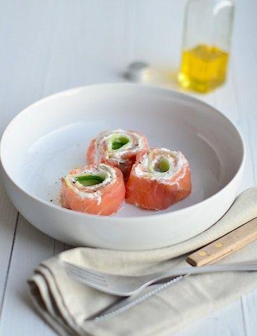 Lekker voorgerecht voor kerst, zalmrolletjes met ricotta en komkommer.