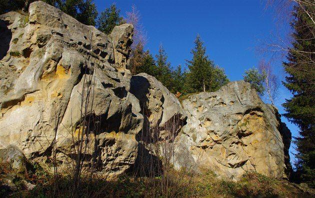 Pulčínské, Čertovy a Lačnovské skály vytyčují směr putování po nejkrásnějších a taky největších moravských pískovcových skálách. Roztodivně tvarovaná a neobvykle modelovaná skaliska se nacházejí rozsetá v lesích a kopcích na rozhraní Vizovické vrchoviny a Javorníků.