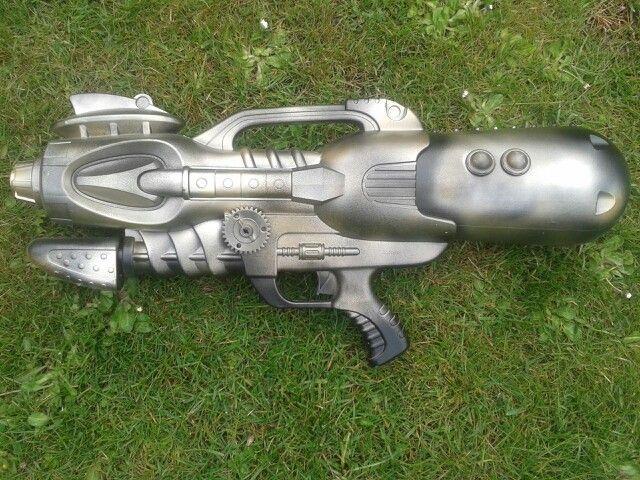 Diy steam punk gun. Spray painted big water gun. Steam punk geweer zelf maken met verf spuitbus.