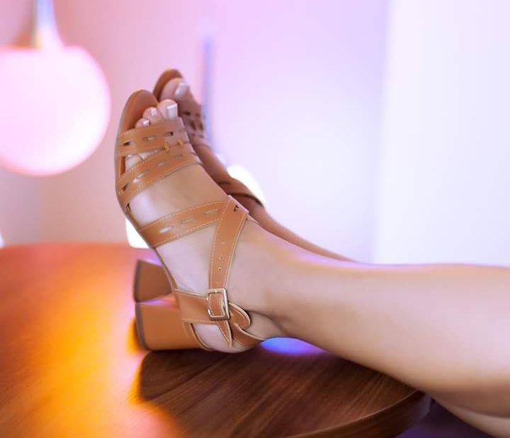 Vai ter uma festa que eu vou dançar até o sapato pedir pra parar. Aí, eu paro, tiro o sapato e danço o resto da vida. R$161,00 com 5 cm de altura Insta: @navitrineonline Face: Na Vitrine On Line (by Simone Platino) WhatsApp: 91 99981 0494 #navitrineonline #sapatoterapia #amosapatosnovos #rasteirinha #amosapatos #weloveshoes #mulheresqpasseiamnanet #bysimoneplatino