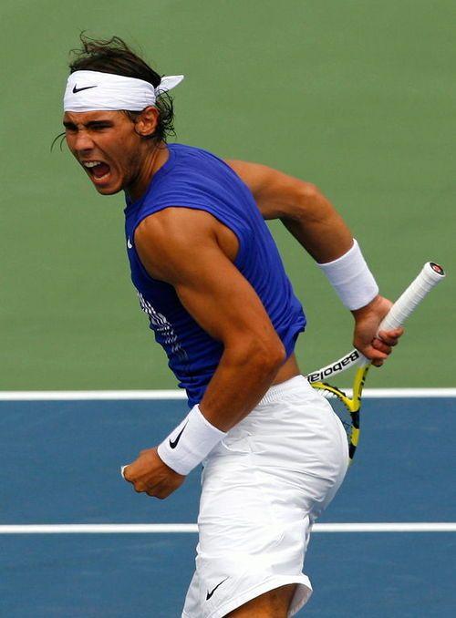 Tennis. Me encanta Rafa Nadal porque posee la fuerza del caràcter y la pasiòn..