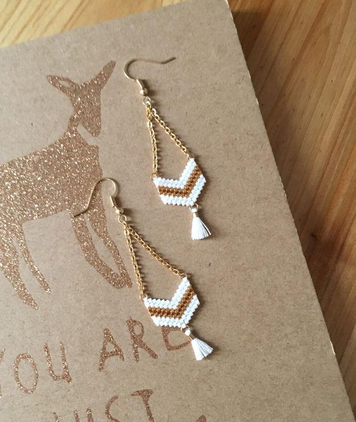 Boucles d'oreilles tissées main avec perles Miyuki Delicat - doré et blanc avec pompons : Boucles d'oreille par sweethingsandco