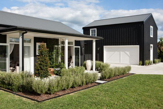 Black And White Barn - Bo-Matakana-Homestay