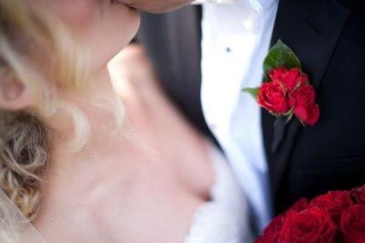 Boutonniere de mini rosas rojas