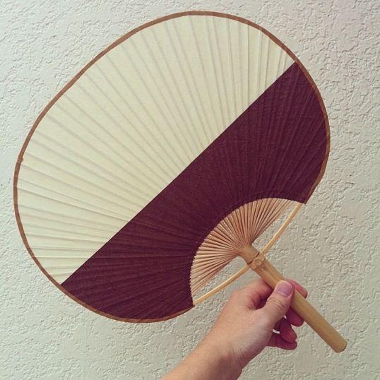 昭和6年、民藝運動の創始者である柳宗悦先生の目に留まり、日本中で有名。日の出団扇は江戸時代、出雲市塩冶(えんや)町の浄音寺で作られていた。元々は和紙を紺屋で染め分けたらしい。今現在残っているものは、別々の和紙。海から陽が昇るような図が特徴。