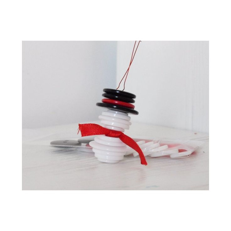 KIT MR. SNOWMAN Kit completo per pupazzo di neve. Simpatica idea per decorare l'albero di Natale. Il kit comprende 15 bottoni, il nastro rosso e il cordino metallico rosso.