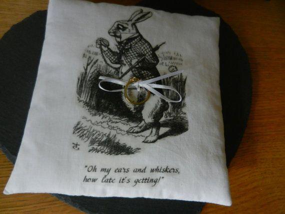 Per il vostro Alice in matrimonio a tema Wonderland... Una stampate a mano Alice in Wonderland anello portatore cuscino con nastro per legare lanello/s, con illustrazione di Tenniel originale dellimmagine coniglio bianco dalla mia collezione di cose effimere sul cotone bianco riempito con meravigliosamente profumata lavanda (opzionale). Ci sono altri disegni di Alice disponibili - Vedi foto. Uno dei miei cuscini di lavanda elencati (vedere esempio in foto) utilizzabile come un cuscino po...