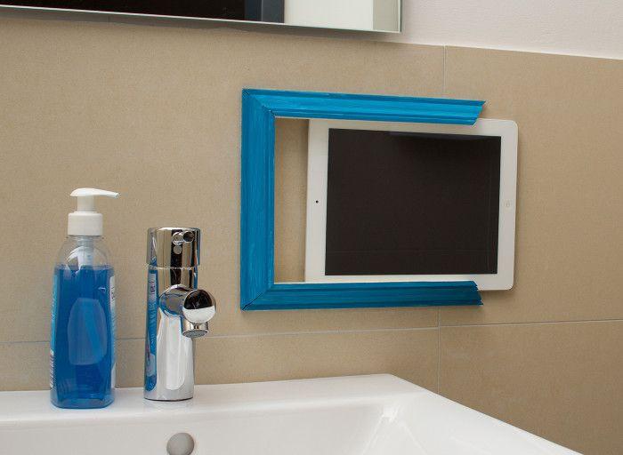 La tablette est poussée dans le cadre composé des trois moulures en plâtre fixées sur le carrelage avec le double-face tesa® Fixer Objets Spécial Miroirs