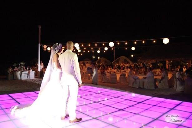 Pista Iluminada LED, 12 canales DMX. Fabricada en aluminio, terminada en cristal templado, 12 canales dmx  #led dance floor #pista de baile #pista iluminada led #pista led #iluminacion led #led dance floor #led furniture #led template  http://www.leddancefloorhire.co.za