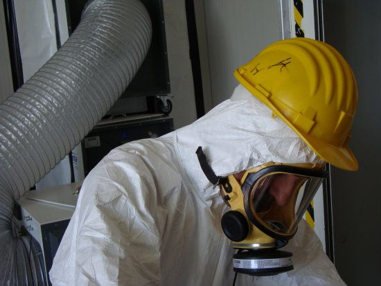 tecnico al lavoro per la rimozione dell'amianto