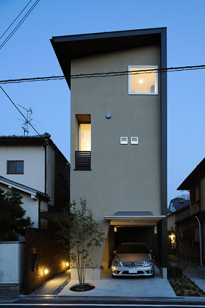 omg the roof extended to the side of the house!    狭い間口で持ち出す