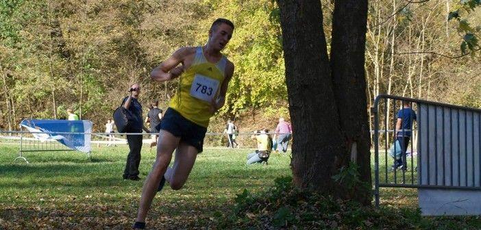 A középtávfutó atléta. Kovács Benjámin vagyok, középtávfutó atléta! Az egész futó karrierem viszonylag korán, egy városi mezei futóversennyel kezdődött, amin még általános iskolásként indultam. Az akkori tesitanárom látva a versenyen, hogy lehet még belőlem futó is beajánlott a helyi futóedzőhöz Kardos Józsefhez, aki azóta is figyeli a pályafutásom minden részletét. KATTINTS IDE!