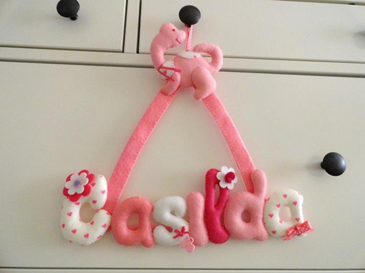 Colgante con nombre de bebe hecho en fieltro para for Decoracion de cuartos infantiles