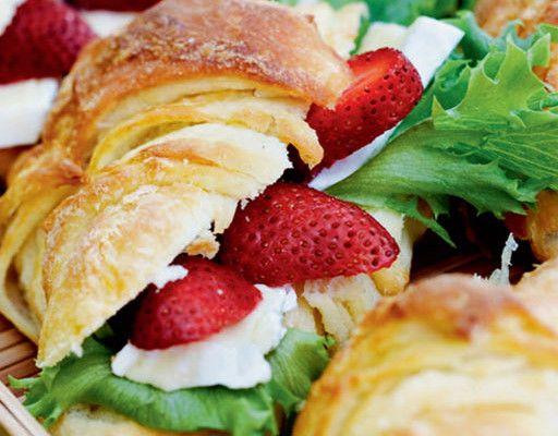 Mansikkaiset croissantit 1. Liuota hiiva kädenlämpöiseen maitoon. Lisää mausteet. Alusta jauhot vähitellen taikinaan niin, että muodostuu kiinteä hiivataikina. Anna kohota 30-45 minuuttia. 2. Kauli jauhotetulle pöydällä taikinasta suorakaiteen muotoinen levy. Vuole kylmästä voista veitselle ohuita lastuja ja peitä niillä 2/3 taikinalevystä. Taita levy kolmin kerroin siten, että rasvaton osa jää keskelle. Kauli taikina jälleen isoksi …